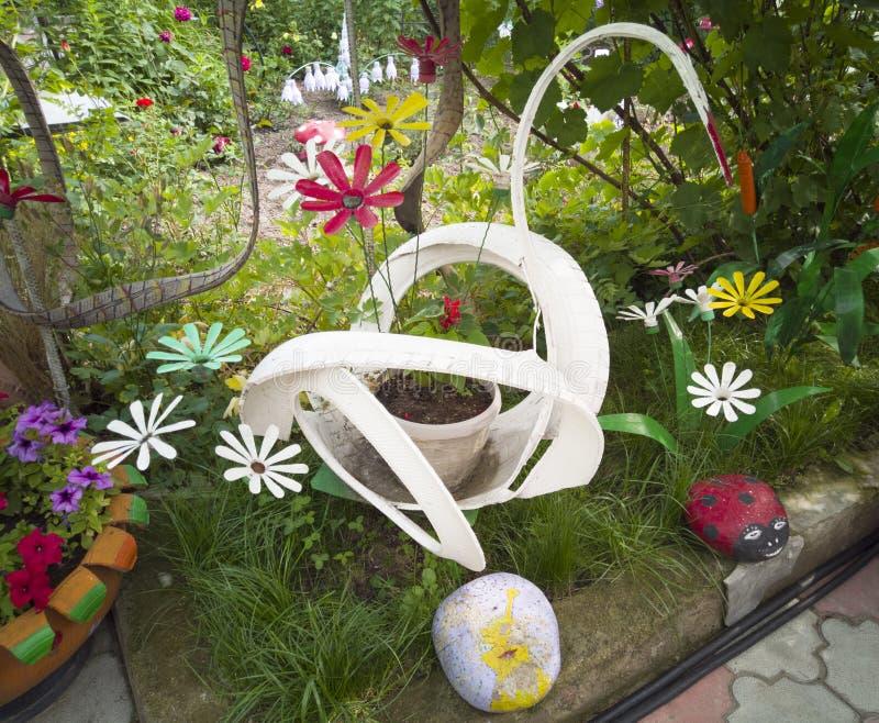 En blomma från en plast- flaska Champinjon från gamla pannor Svan från bussen Garnering för trädgården gör den själv ?teranv?nda royaltyfri fotografi
