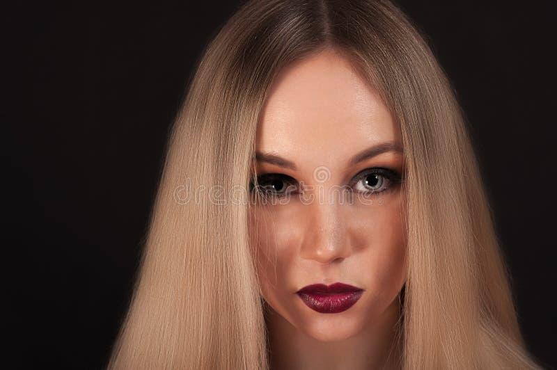 En blond gotisk priestess i mörkret arkivbilder