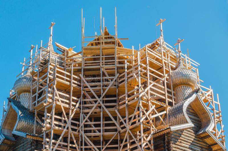 En bois église vieux 22 orthodoxe principale de la transfiguration pendant la restauration L'église est l'un des meilleurs exempl photos stock