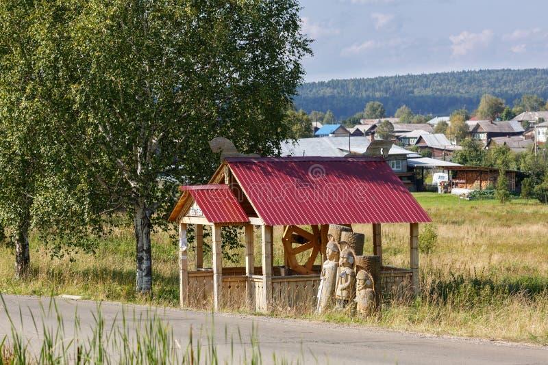 En bois bien dans le vieux village Visim de croyant Région de Sverdlovsk, Russie photos libres de droits