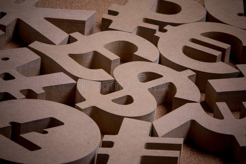 En bois chante ou des symboles des devises du monde dans l'image de groupe photos stock