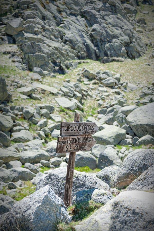 En bois connectez-vous la route de montagne dans le premier plan photo libre de droits