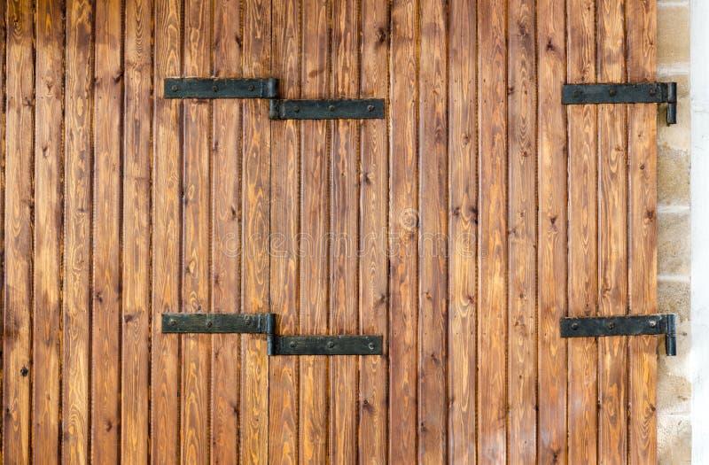 En bois de Brown fait avec l'étroit boise la porte avec hing noir en métal image libre de droits