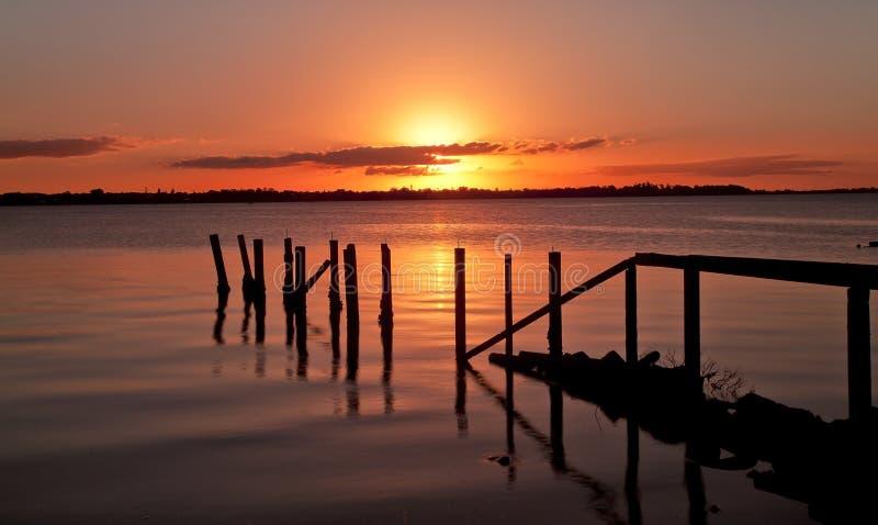 En bois de coucher du soleil de jetée vieil photos stock