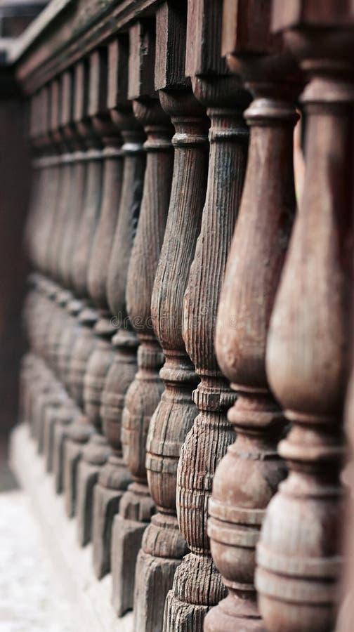 En bois, fendu de la vieillesse a figuré la balustrade photo libre de droits