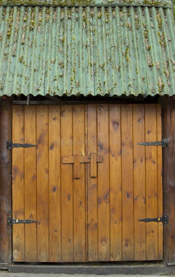 En bois, massif, la double-feuille a articulé des portes image libre de droits