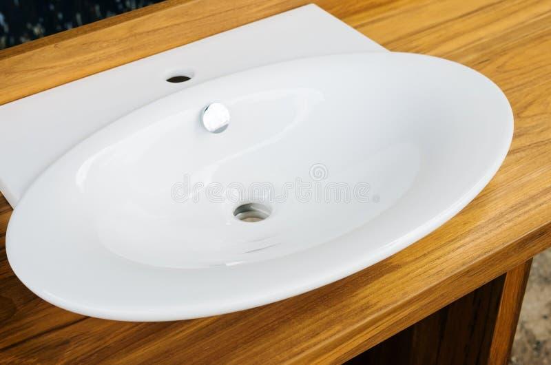 En bois un piédestal avec le lavabo de porcelaine photo libre de droits