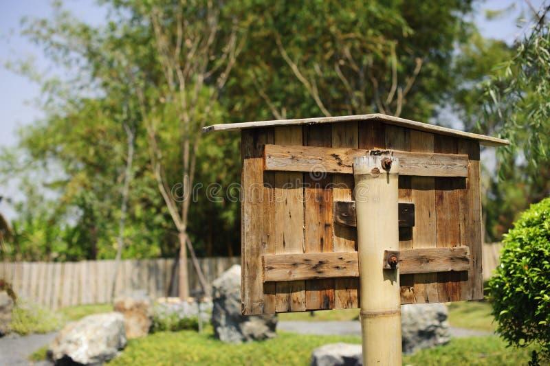 En bois vide signe dedans le jardin images libres de droits