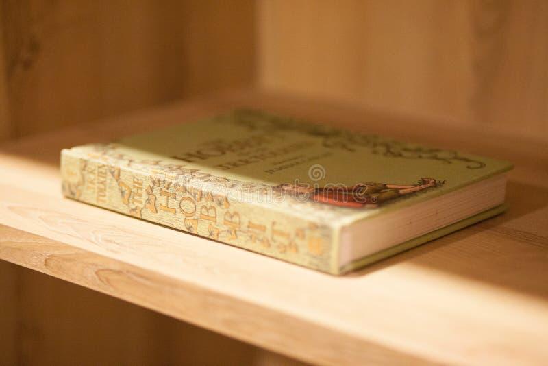 En bok i en hylla arkivfoton