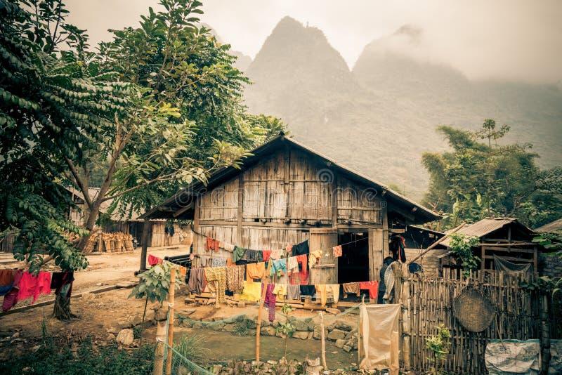 En bondeby i djungeln av Vietnam royaltyfria foton