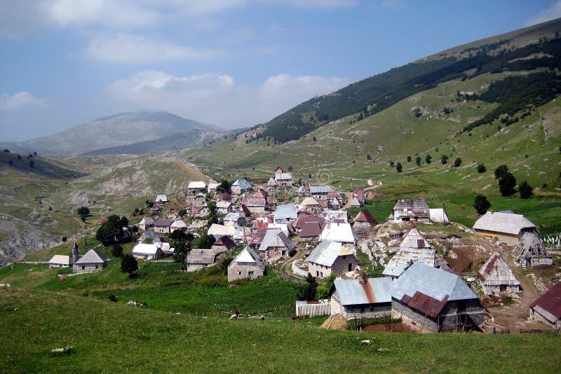 En bosnisk by på 1600 meter ovannämnd havsnivå arkivfoton