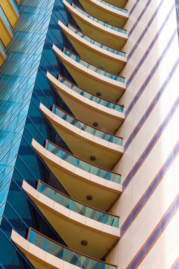 En bostads- byggnad för modernt höghus i UAE royaltyfria foton