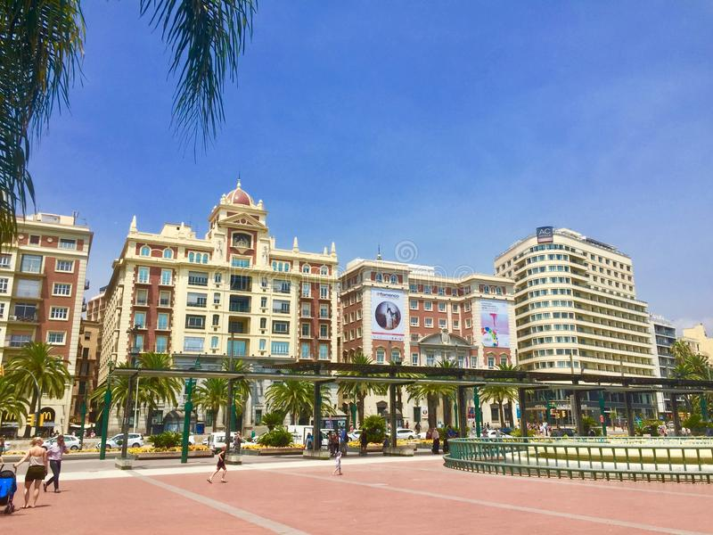 En boulevard i Malaga, Spanien på en varm sommardag arkivbilder