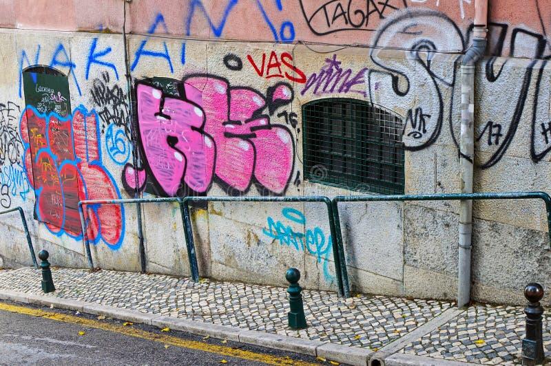 En brant nedstigning på ruaen da Conceicao da Gloria i Lissabon, Por arkivbilder