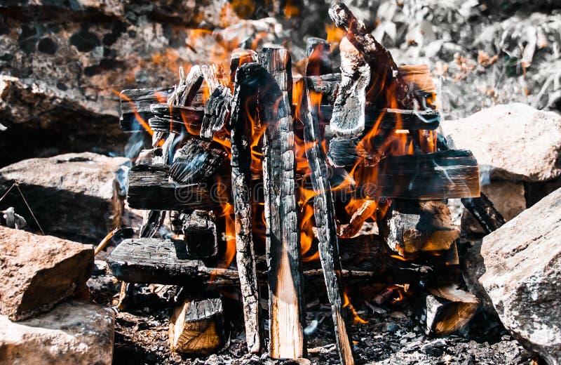 En brasanärbild Burnes för en brand på sommardagen royaltyfri fotografi