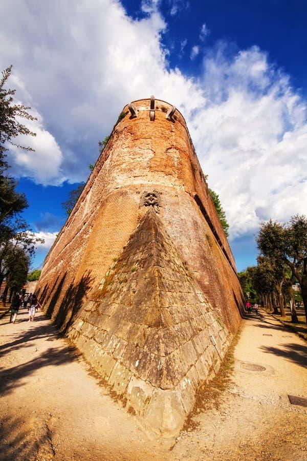 En bred vinkel sköt av den gamla stadväggen som omger staden av Siena fotografering för bildbyråer