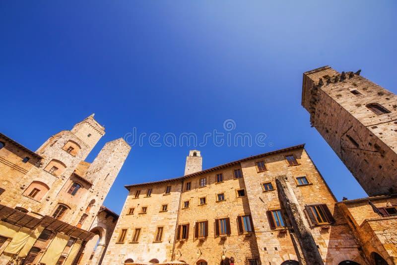 En bred vinkel sköt av piazza Della Cisterna i San Gimignano, en världsarv i Tuscany royaltyfri foto