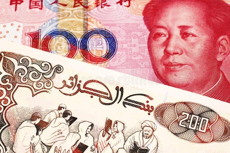 En brittisk fem pund anmärkning med en röd kinesisk yuan royaltyfri fotografi