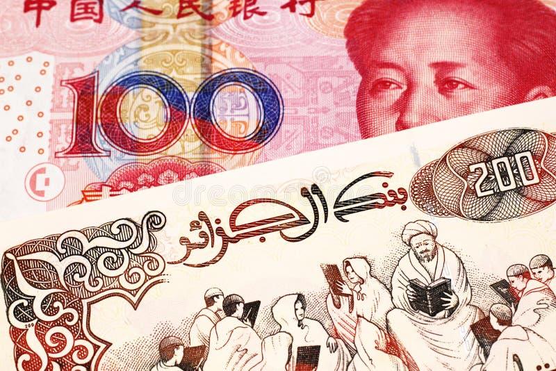 En brittisk fem pund anmärkning med en röd kinesisk yuan fotografering för bildbyråer