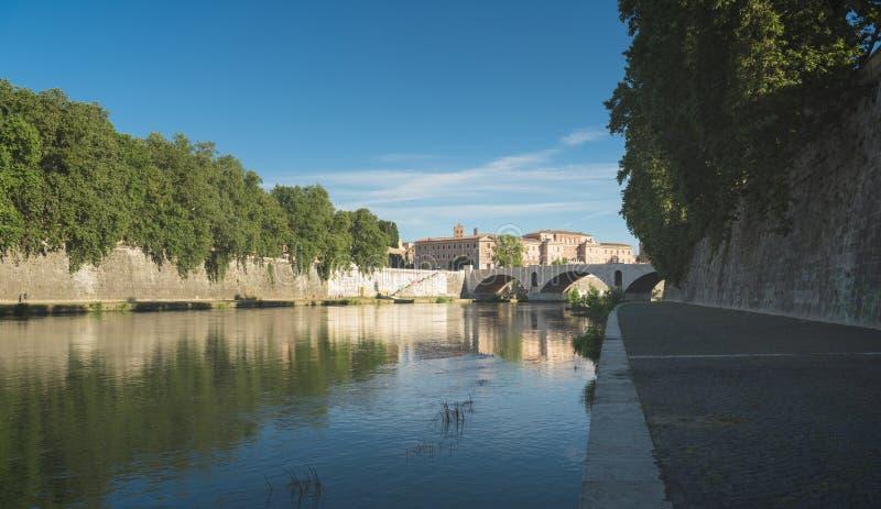 En bro över den tiber floden i Rome royaltyfri fotografi