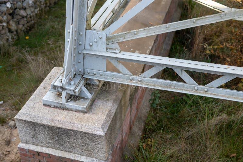 En bro över en flod som byggs från en bråckband Bron bråckband sammanfogade b royaltyfri foto