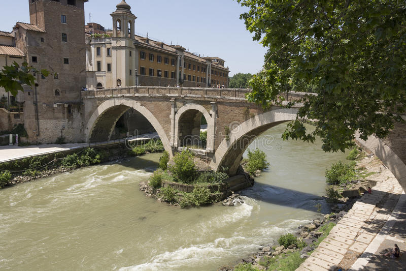 En bro över floden Tiber Rome Italien arkivbild