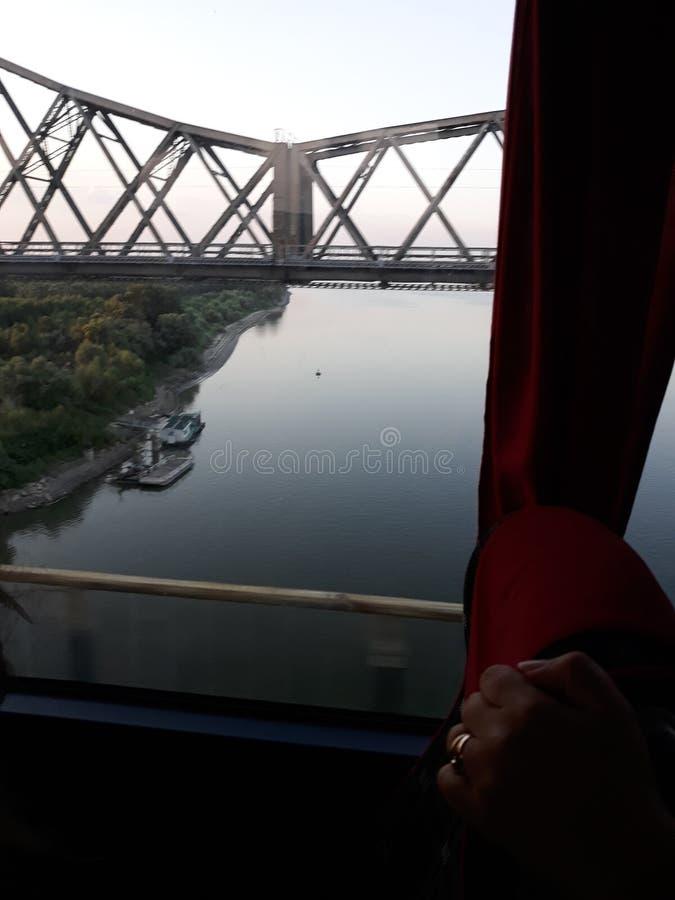 En bro över vattnet arkivfoto