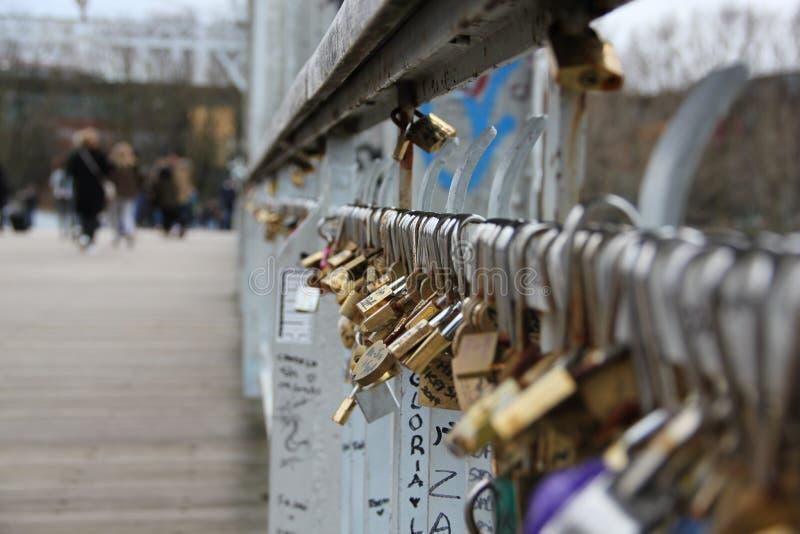 En bro av minnen av paren i Paris royaltyfria foton