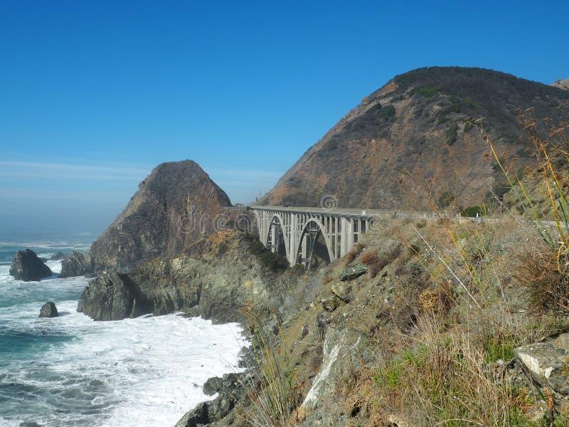 En bro längs Stillahavskustenhuvudvägen arkivfoton