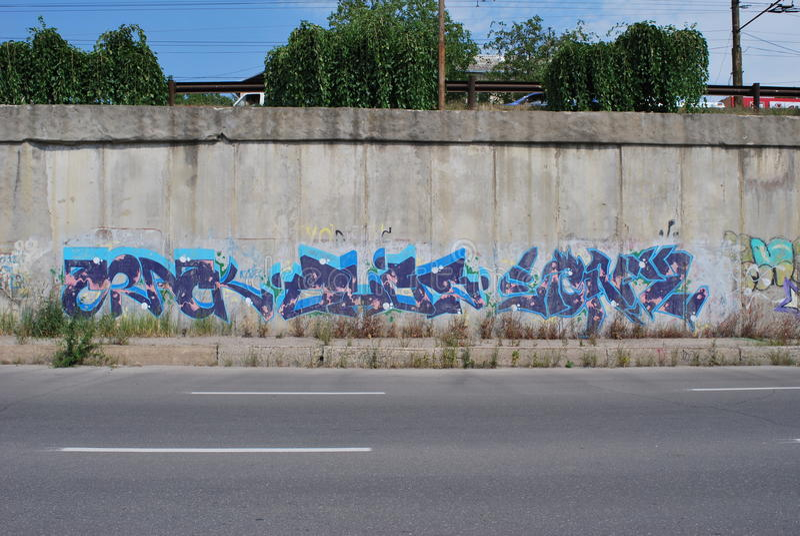 En bro som vandaliseras med gatagrafittikonst arkivbilder
