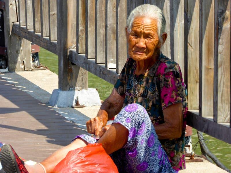 En broderi för gammal kvinna på fansen royaltyfri foto