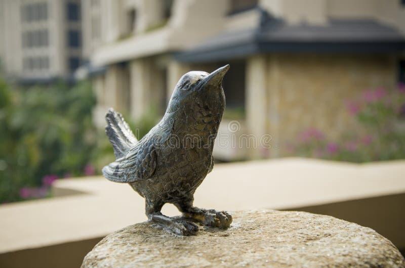 en bronsfågelstaty på en vagga fotografering för bildbyråer
