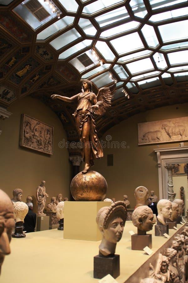 En bronsstaty av en ängel på bollen royaltyfri bild