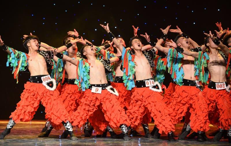 En brottningexpert-grässlätt man-kines folkdans fotografering för bildbyråer