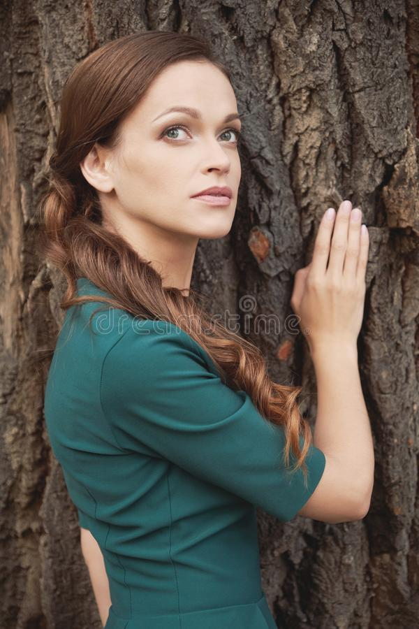 En brunettkvinnas porträtt utomhus fotografering för bildbyråer