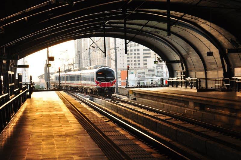 En BTS Skytrain i den Phyathai stationen, Bangkok, Thailand. royaltyfria bilder