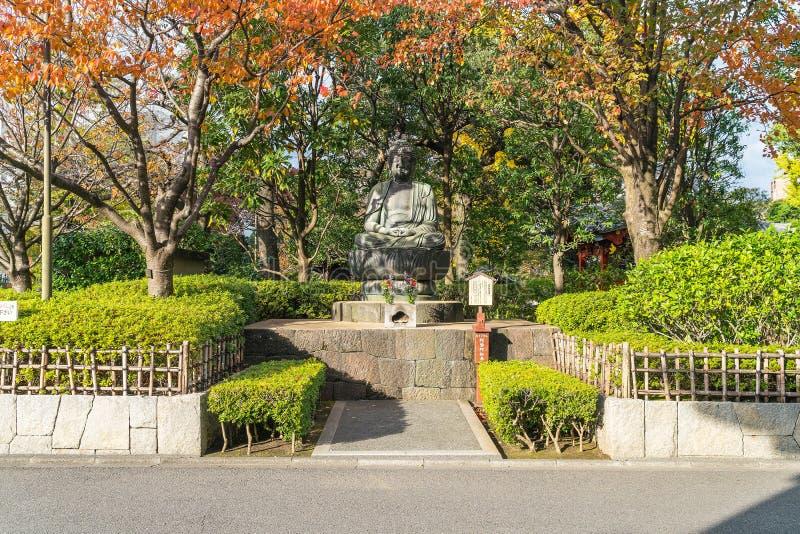 En Buddhastaty utanför den Sensoji templet i Tokyo fotografering för bildbyråer