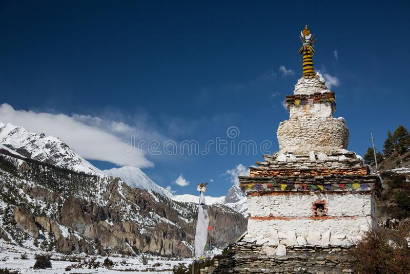 En buddist Gompa eller Stupa på den Annapurna strömkretsrutten Trekking i Nepal fotografering för bildbyråer