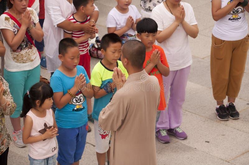 En buddistisk munk Leading Prayer fotografering för bildbyråer