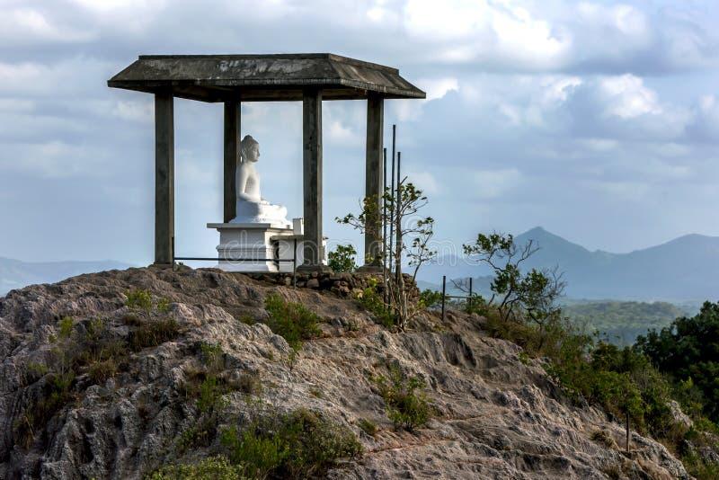 En buddistisk relikskrin som lokaliseras på en bergöverkant arkivbild