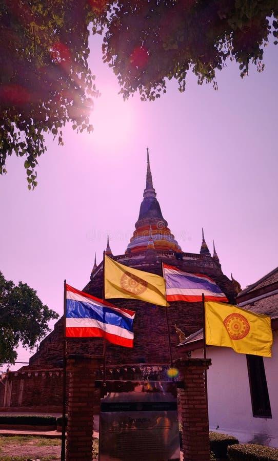 En buddistisk tempel i Phitsanulok, Thailand royaltyfria bilder