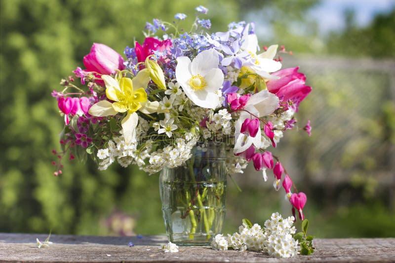 En bukett av härliga blommor mot gör grön trädgård 2 royaltyfri foto