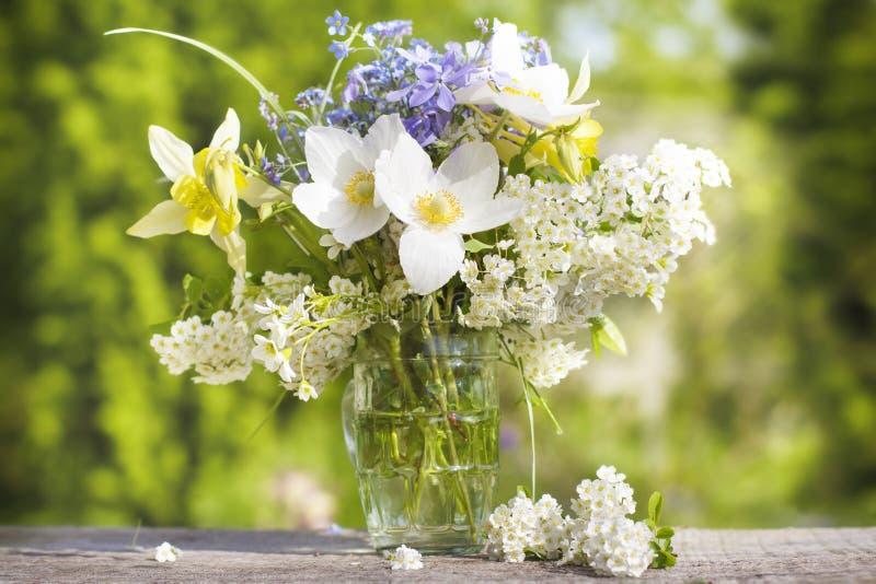 En bukett av härliga blommor mot gör grön trädgården arkivfoto