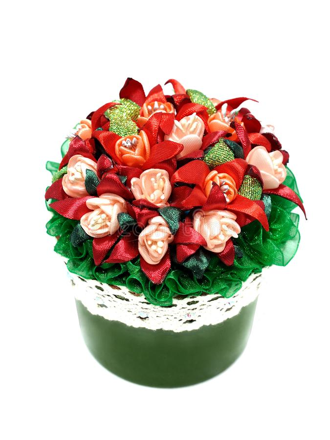 En bukett av röda blommor i en grön kruka royaltyfri foto