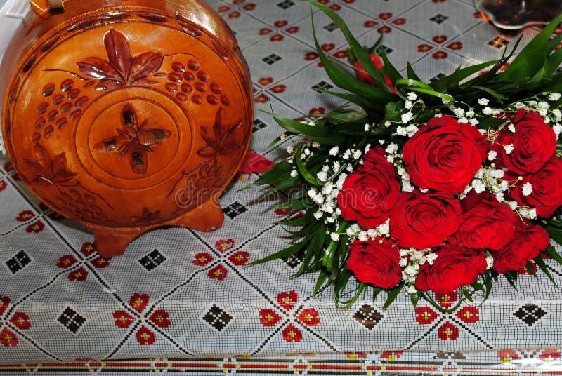 En bukett av röda rosor med en skiva av vin fotografering för bildbyråer