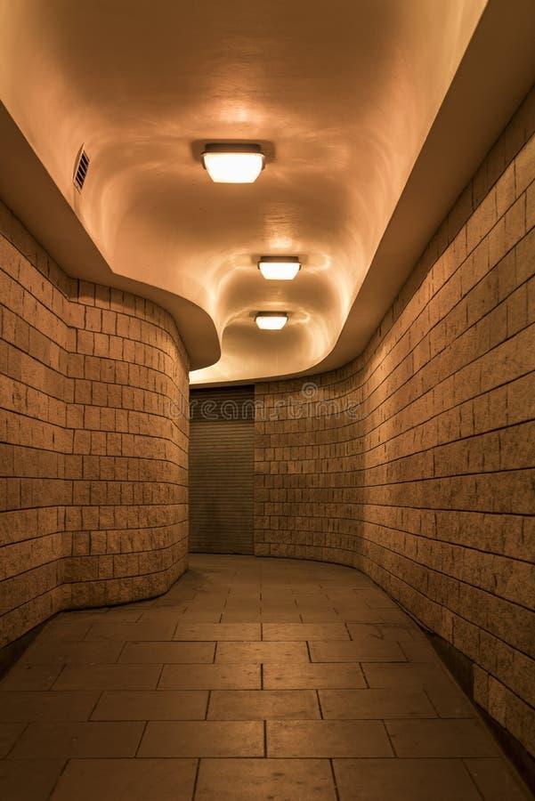 En buktig fot- tunnel & x28; subway& x29; i staden av London på natten arkivbild