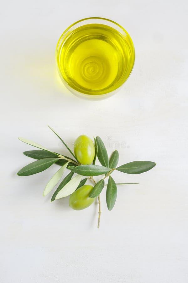 En bunke av extra jungfrulig olivolja som göras i Apulia, Italien, kopieringsutrymme, lägenhet lägger arkivfoto