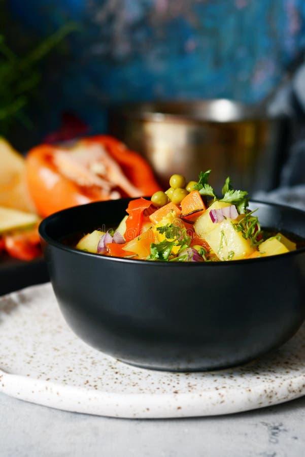 En bunke av läcker italiensk minestrone för grönsaksoppa arkivfoton