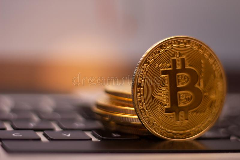 En bunt av det guld- bitcoinmyntet på ett silvertangentbord av bärbara datorn Faktiskt cryptocurrencybegrepp Bryta av bitcoins di arkivbilder