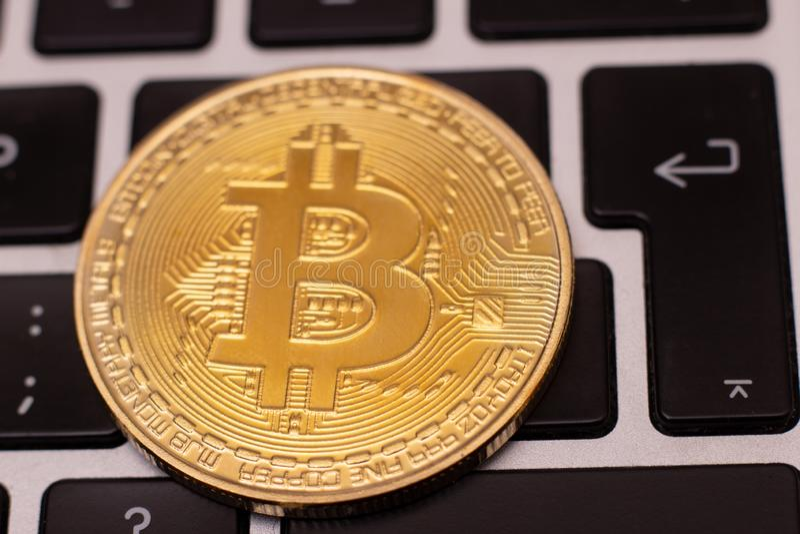 En bunt av det guld- bitcoinmyntet på ett silvertangentbord av bärbara datorn Faktiskt cryptocurrencybegrepp Bryta av bitcoins di arkivbild